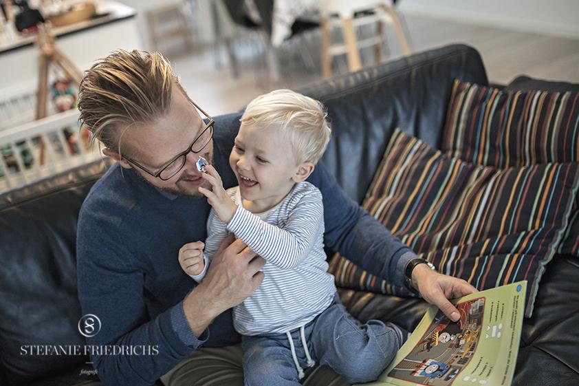 far og søn hjemmefotografering