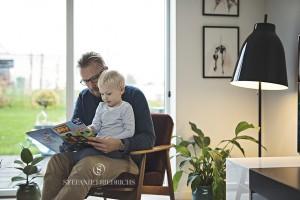 far og søn læser bog