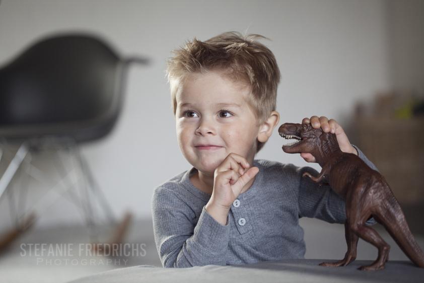 Mads leger med dinosaur