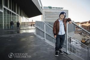 cool dreng med læderjakke og skjorte ved Dokk1 Århus