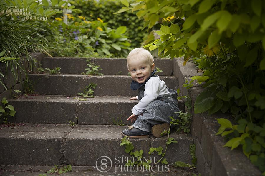 baby på trappe i haven