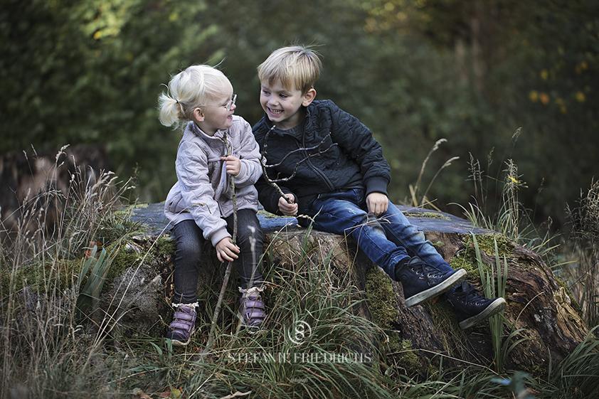 billede af smilende søskende i forstbotanisk have aarhus