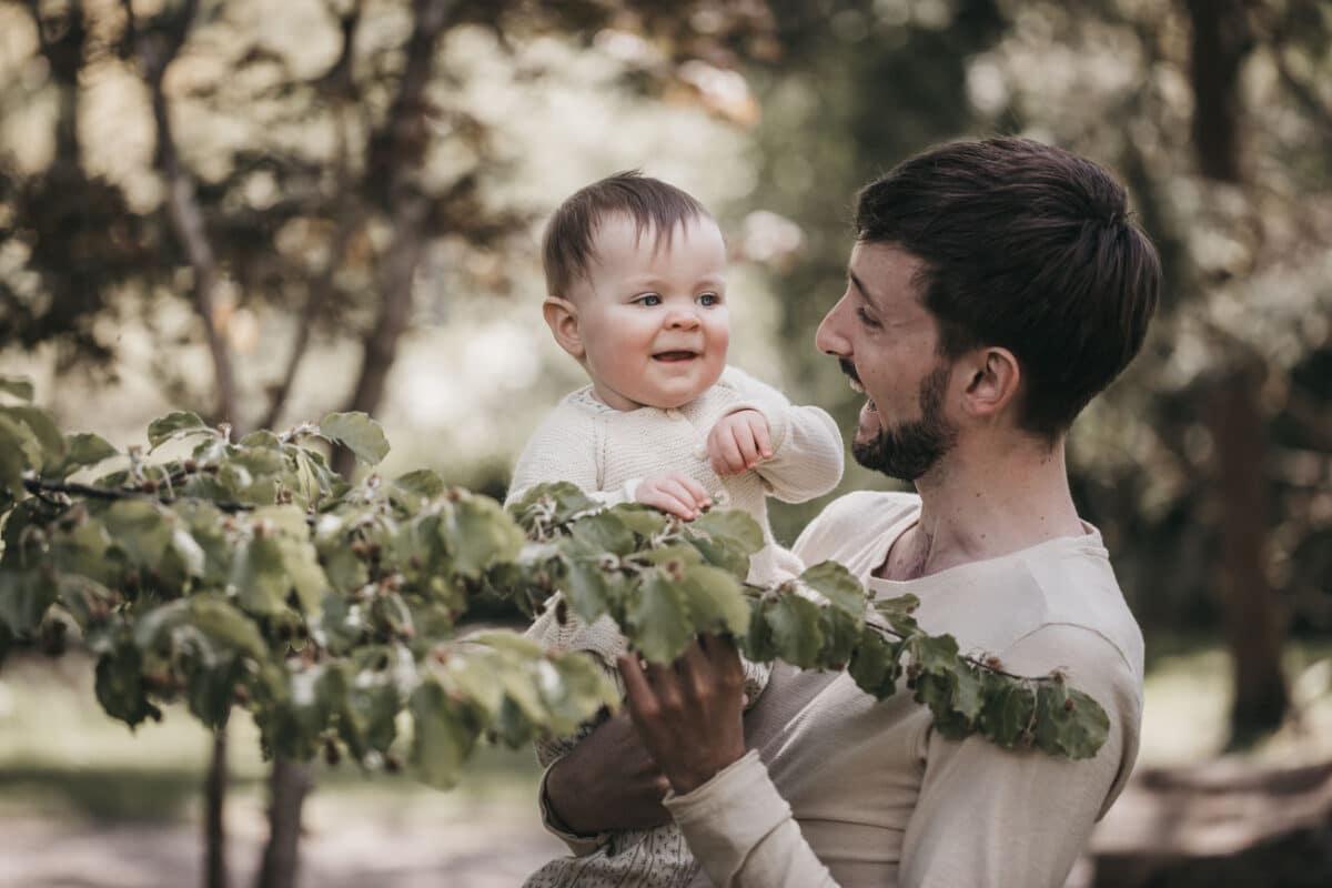 baby-familie-fotografering-skov