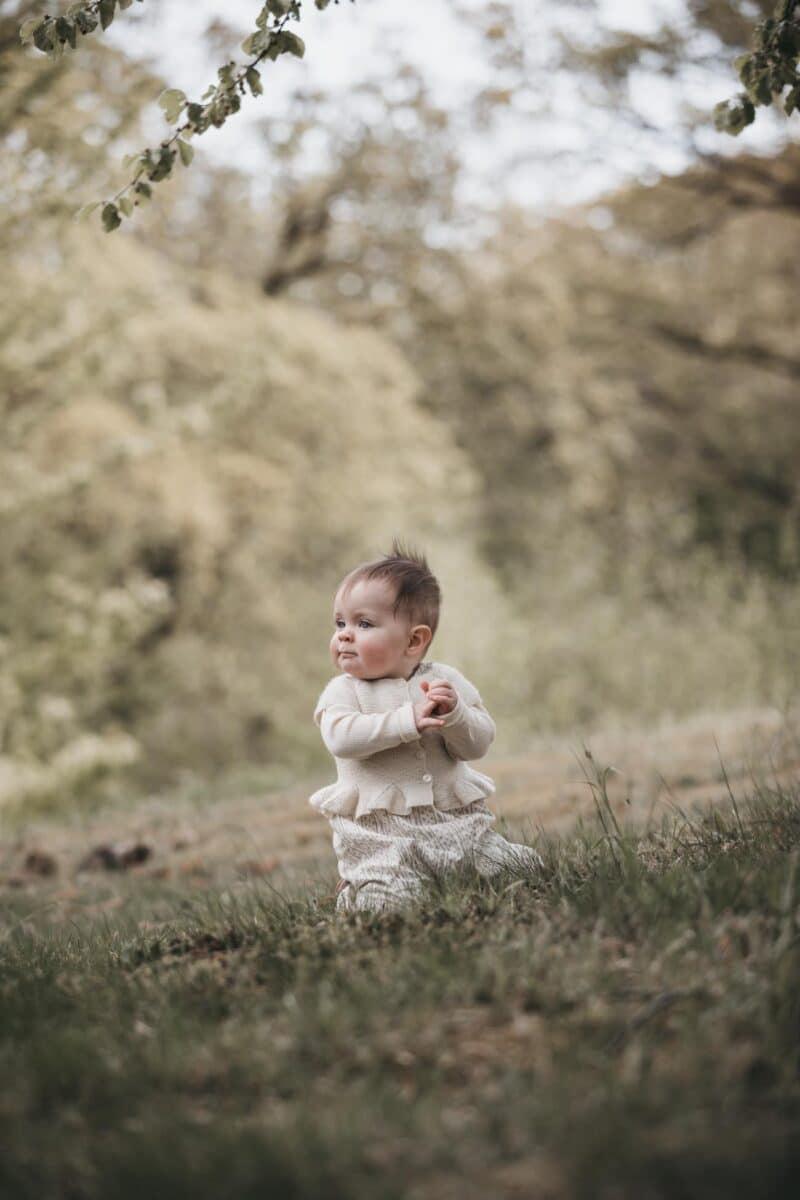 baby fotografering-aarhus-natur-pige-udenfor