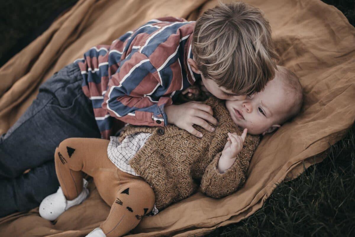 baby-soeskende-udenfor-fotografering