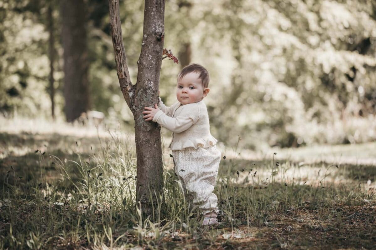 babyfotograf-aarhus-skov-trae-grønt