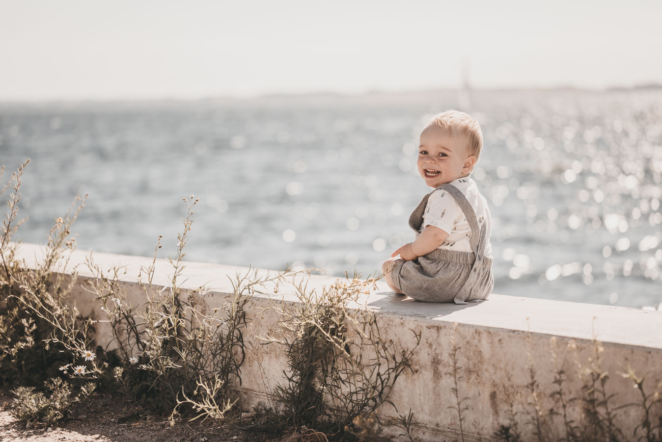 babyfotograf-havnen-aarhusø-vand-modlys