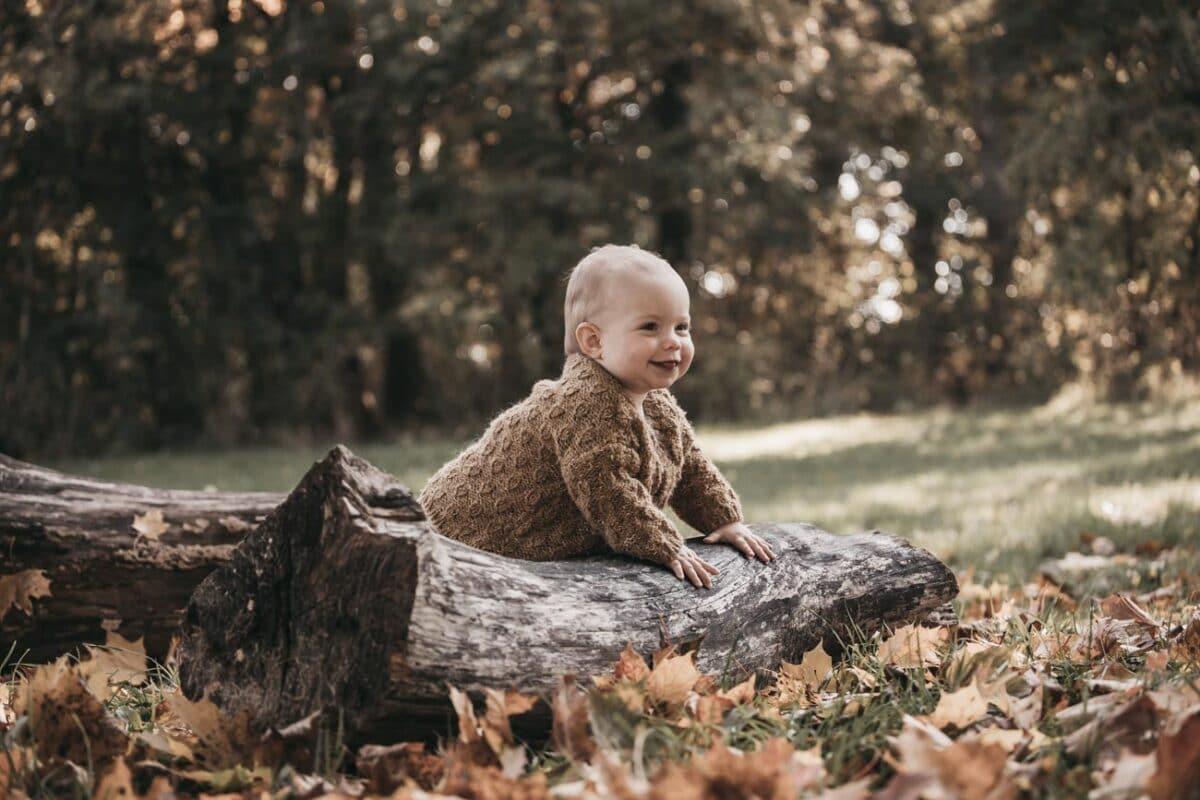 babyfotograf-udenfor-marienlyst-træstamme-baby
