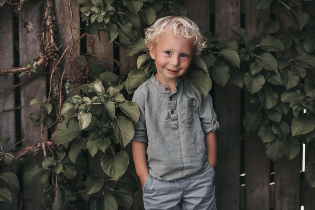 blade-udenfor-dreng-børnefotograf