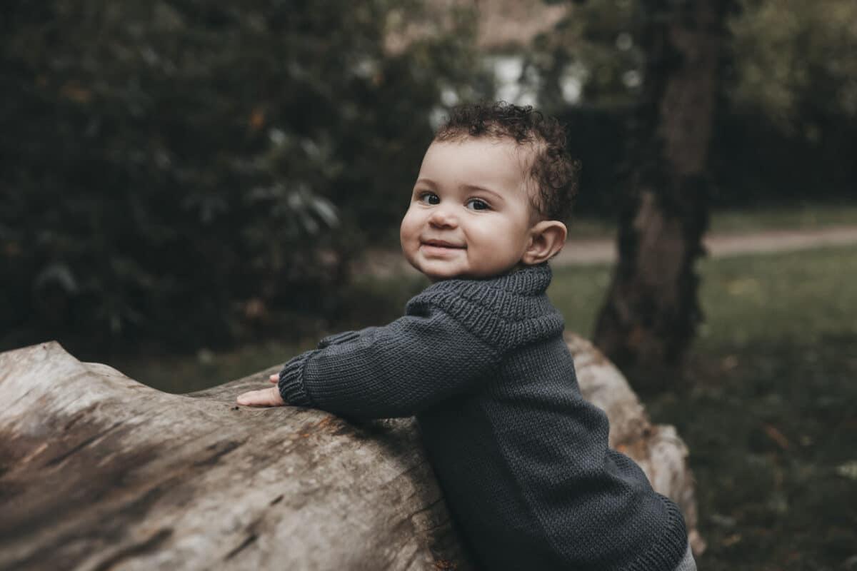 børnefoto-aarhus-træstamme-udenfor-naturlig