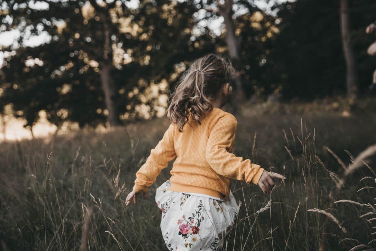 børnefotografering-aarhus-natur-græs