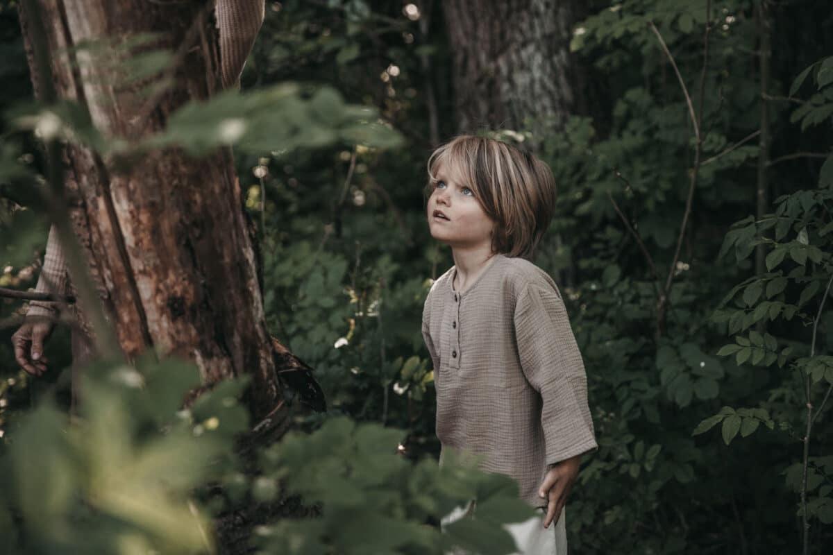dreng-skov-portræt-naturlig-udendørs