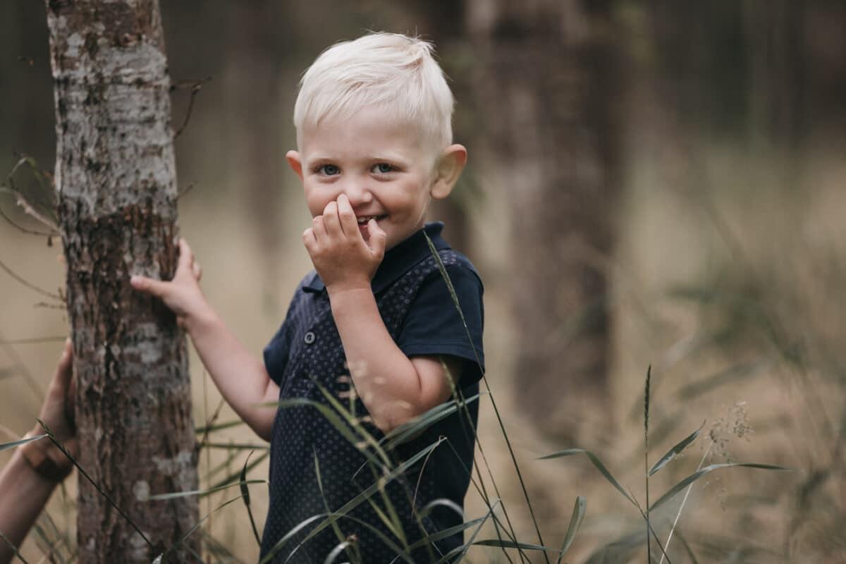 dreng-skov-portrætter-naturlig-afslappet-børnefotograf-aarhus