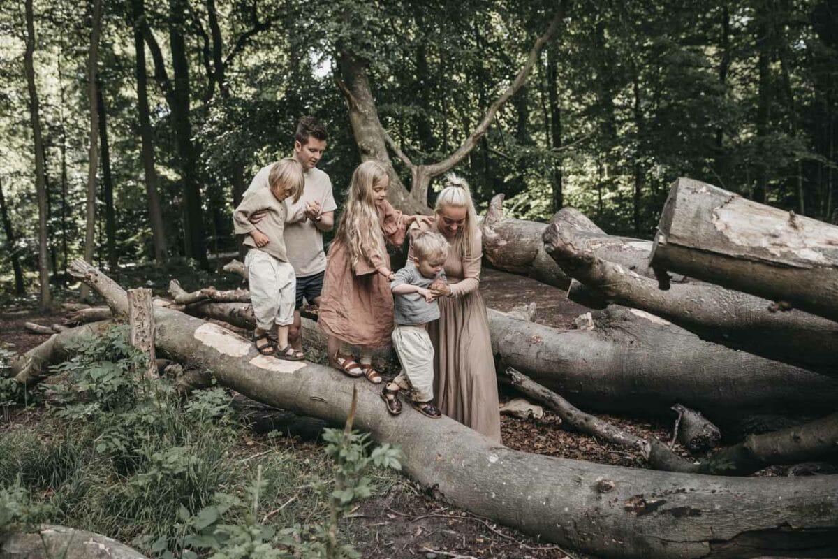 familiefotograf-aarhus-skov-træstammer