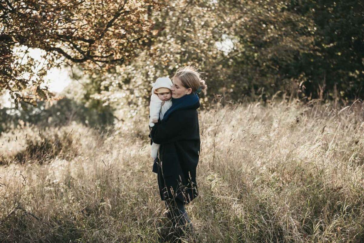 familiefotograf-græs-mark-sol-udenfor-aarhus