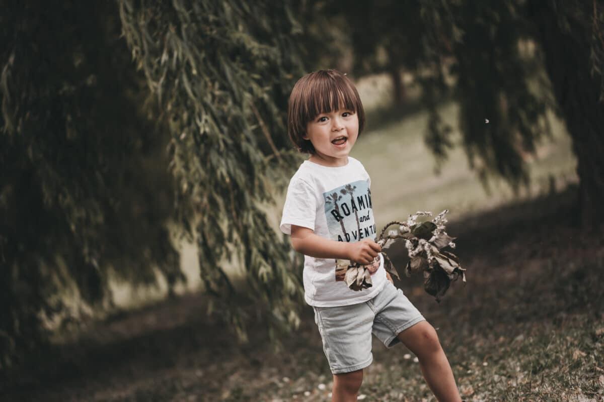 glad-dreng-natur-fotograf-aarhus