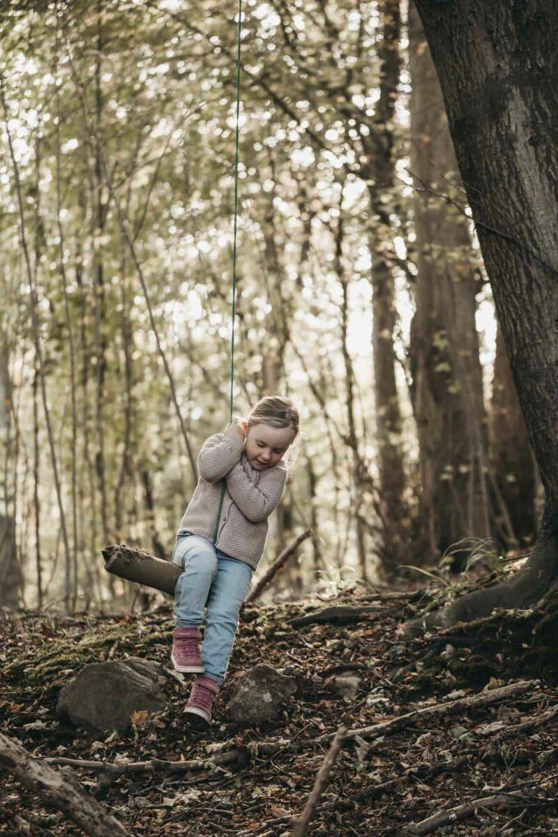 pige-gynge-skov-natur-fotograf