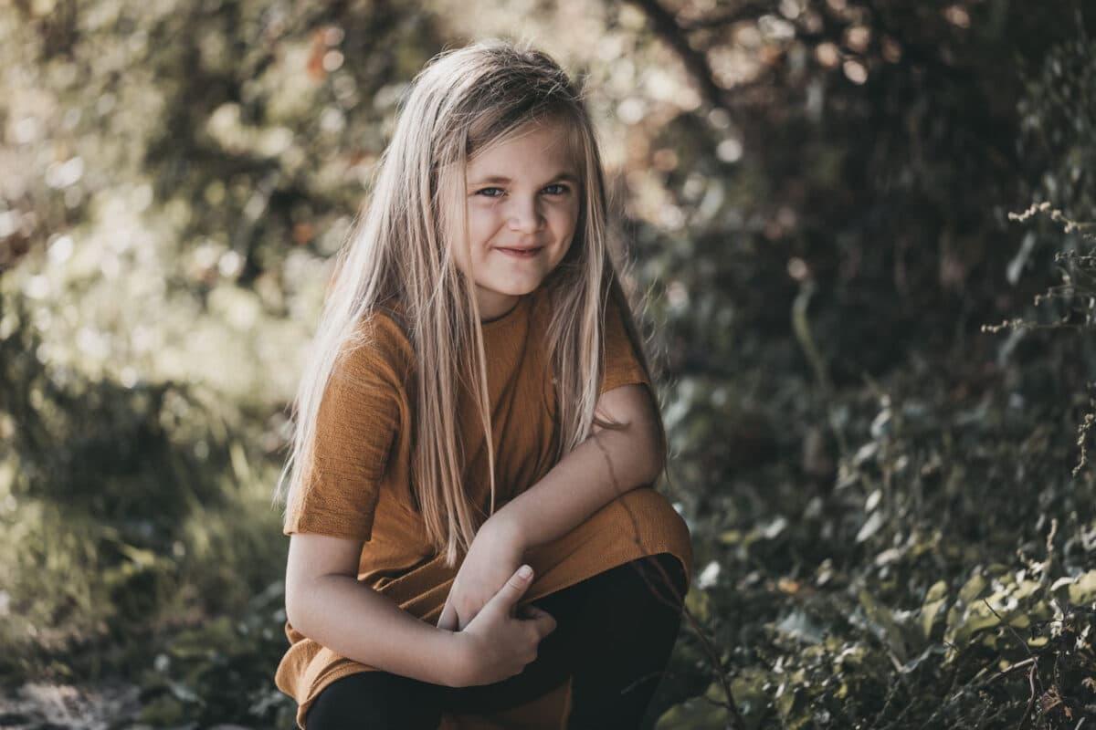 pige-skov-portræt-fotograf-aarhus-udenfor-naturlig