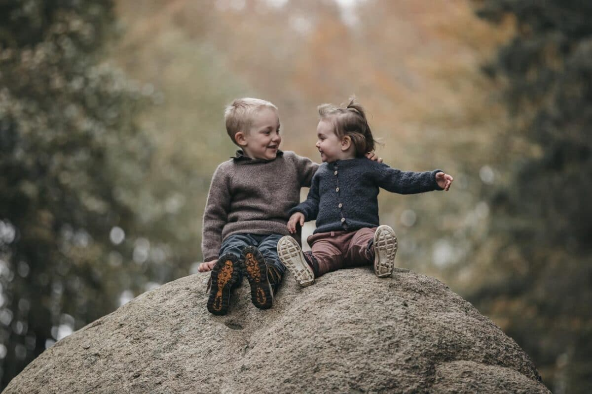 søskende-sten-udenfor-børnefotograf-østjylland