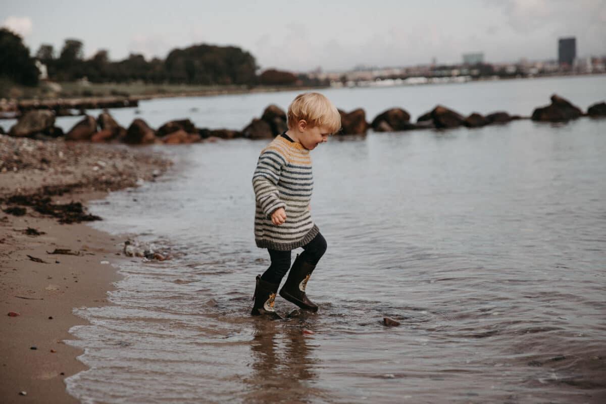 strand-børnefoto-naturlig-strik-fotograf-aarhus-varna