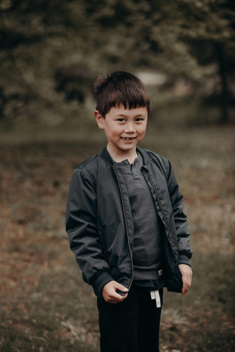 udendørs-dreng-Aarhus-børnefoto-portræt-grønt