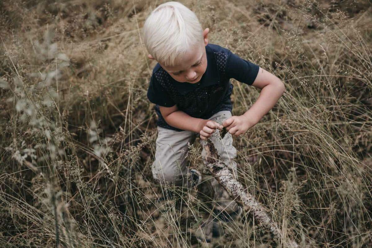 uopstillet-fotografering-udendørs-dreng-grønt